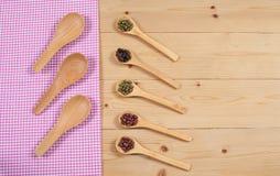Toalha de mesa, colher de madeira, na madeira Imagem de Stock Royalty Free