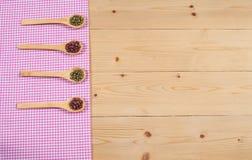 Toalha de mesa, colher de madeira, na madeira Fotografia de Stock Royalty Free