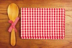 Toalha de mesa e colher de madeira para cozinhar e cozer Imagem de Stock Royalty Free