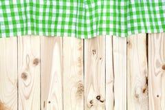 Toalha de mesa quadriculado verde na tabela de madeira, vista superior Imagens de Stock Royalty Free