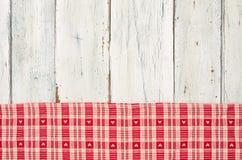 Toalha de mesa quadriculado vermelha com corações em um backgroun de madeira Foto de Stock Royalty Free