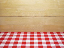 Toalha de mesa quadriculado vermelha e pranchas de madeira Fotos de Stock