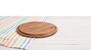 Toalha de mesa vazia na placa de corte de madeira da tabela e da pizza isolada no fundo branco Foco seletivo lugar para o aliment fotografia de stock