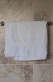 Toalha do banheiro que pendura em um trilho imagens de stock