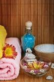 Toalha do estilo dos termas com flor Imagens de Stock