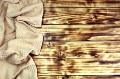 A toalha do fundo encontra-se em uma tabela de madeira fotos de stock