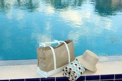 Toalha e chapéu de praia Imagem de Stock Royalty Free