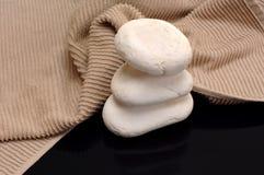Toalha e pedras Fotografia de Stock Royalty Free