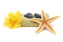 Toalha, rochas, flor e starfish dos termas Imagens de Stock Royalty Free