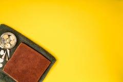 Toalha, shell e flores secadas em um fundo amarelo Termas Imagens de Stock