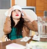 Toalha stuping de sofrimento da mulher a dirigir Imagem de Stock Royalty Free