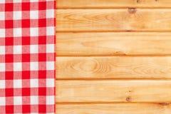 Toalha vermelha sobre a mesa de cozinha de madeira Foto de Stock Royalty Free