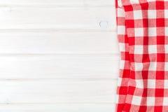 Toalha vermelha sobre a mesa de cozinha de madeira Fotos de Stock