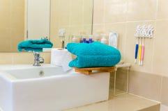 Toalhas azuis na banheira Fotografia de Stock Royalty Free
