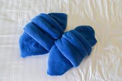 Toalhas azuis puras no colchão branco no quarto do hotel imagem de stock royalty free