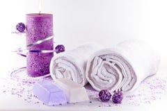 Toalhas brancas com objetos dos termas do lila fotos de stock