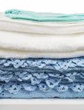 Toalhas brancas e azuis Fotografia de Stock Royalty Free
