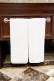 Toalhas brancas no suporte Fotografia de Stock