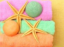 Toalhas, caixas de presente, bombas de sal, estrelas do mar Imagens de Stock