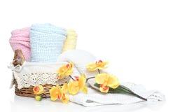 Toalhas coloridas das crianças na cesta wattled Imagem de Stock