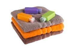 Toalhas coloridas e garrafas plásticas pequenas para o curso Imagem de Stock Royalty Free