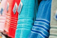 Toalhas coloridas em prateleiras do supermercado Foto de Stock