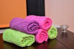 Toalhas coloridas empilhadas Fotografia de Stock Royalty Free