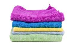 Toalhas coloridas empilhadas no fundo branco Imagens de Stock