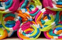 Toalhas coloridas na prateleira Imagens de Stock