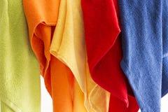Toalhas coloridas que penduram em seguido Fotografia de Stock
