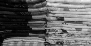 Toalhas coloridas, tecido, mat?rias t?xteis dobradas, pano como um fundo fotos de stock