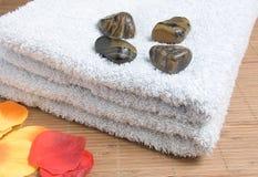 Toalhas com pedras Fotografia de Stock