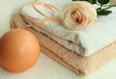 toalhas, cor-de-rosa e vela Fotografia de Stock Royalty Free