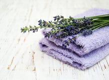 Toalhas da alfazema e da massagem Fotografia de Stock