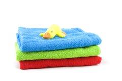Toalhas de banho e pato do brinquedo Fotografia de Stock