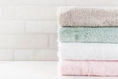 Toalhas de banho limpas da pilha Fotografia de Stock Royalty Free