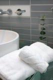 Toalhas de banho no banheiro do hotel Imagem de Stock