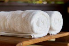 Toalhas de banho roladas em termas do hotel Imagens de Stock