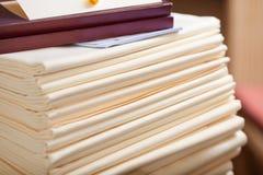 Toalhas de mesa empilhadas no restaurante Imagens de Stock