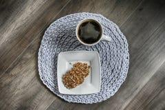 Toalhas de mesa feitos a mão cinzentas do cottoncord na agulha de crochê Fotografia de Stock