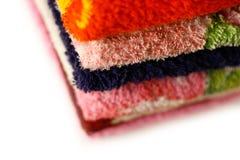 Toalhas de Terry de cores diferentes closeup Isolado em um B branco foto de stock royalty free