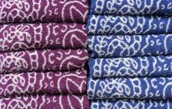 Toalhas de terry dobradas no contador da loja Toalhas do fundo fotografia de stock royalty free