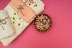 Toalhas e flores luxuosas dos termas foto de stock royalty free