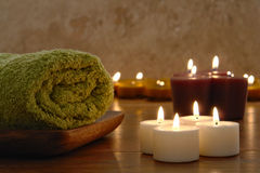 Toalhas e velas de Aromatherapy em uns termas Imagens de Stock