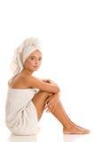 Toalhas envolvidas jovem mulher Fotografia de Stock Royalty Free