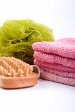 Toalhas, esponja do corpo e escova da madeira foto de stock royalty free