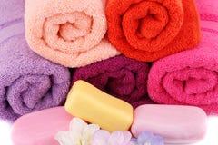 Toalhas, flores e sabões Imagens de Stock