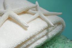 Toalhas macias com starfish fotos de stock