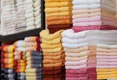Toalhas macias novas em uma cremalheira na loja Foto de Stock