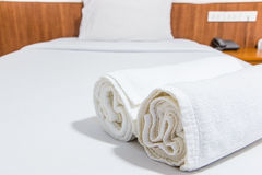 Toalhas na cama Imagens de Stock Royalty Free